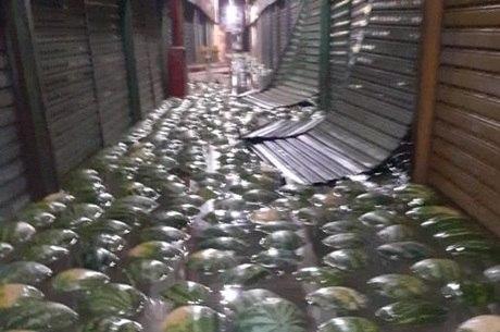 Melancias boiam na inundação do Ceagesp