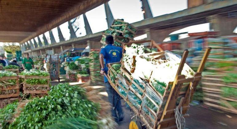 Com ajuda do Exército, Ceagesp distribui alimentos em Araraquara, no interior de SP