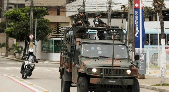 Homens do Exército fazem o policiamento em Fortaleza