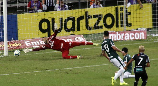 Mateus Gonçalves chutou no cantinho de Weverton para abrir placar para Ceará