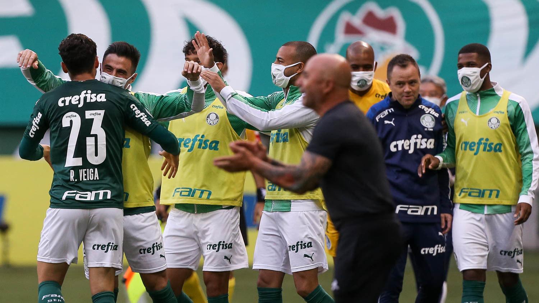 Cebola olha com ironia para o desespero de Sampaoli. Argentino foi humilhado