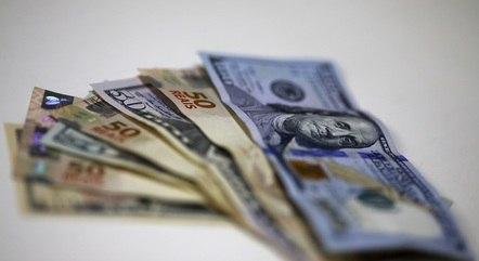 Cédulas de reais e dólares