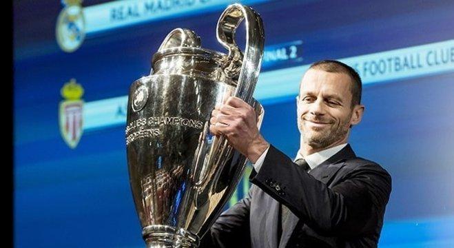 O presidente Aleksander Ceferin, com a taça da Liga dos Campeões