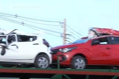 Cinco veículos foram danificados