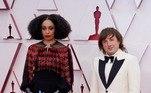 A cantora e compositora Celeste Waite apostou em uma produção mais sóbria para exagerar nos acessórios. A bolsa vermelha em formato de coração é da Gucci Aria, que virou febre na temporada