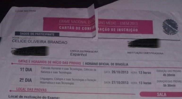 Celice guarda orgulhosa o cartão de confirmação no Exame Nacional do Ensino Médio, em 2013