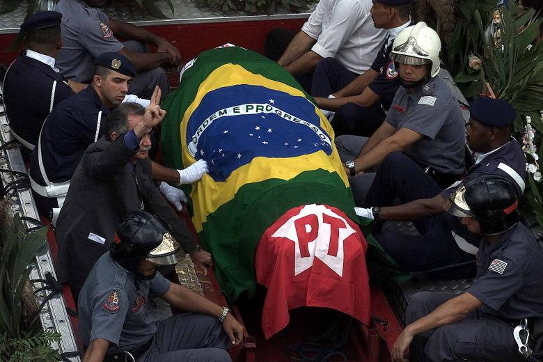 Carlos Delmonte Printes, médico legista responsável pelo caso que assinou um laudo no qual identificava sinais de tortura no corpo de Celso Daniel, foi encontrado morto em seu escritório, em 2005. Ele teria cometido suicídio<br>