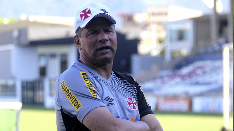 Celso Roth - Vasco - 2010: o treinador pediu para sair depois de cinco jogos, devido a uma proposta do Internacional.