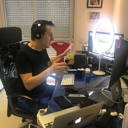 O apresentador da Record TV ficou internado por dez dias. Em casa, ainda precisou dar continuidade no tratamento fazendo fisioterapia.