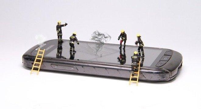 Expor o celular a altas temperaturas pode superaquecer o dispositivo