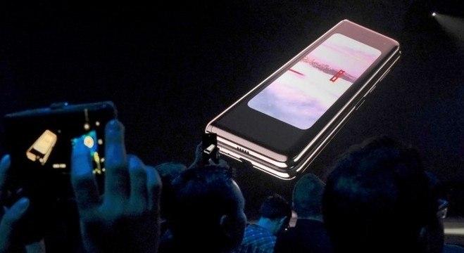 Celular dobrável da Samsung teve vendas suspensas após falhas no projeto