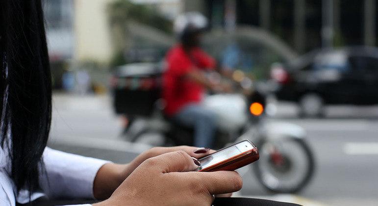 Celular é principal meio de acesso à internet, segundo o IBGE