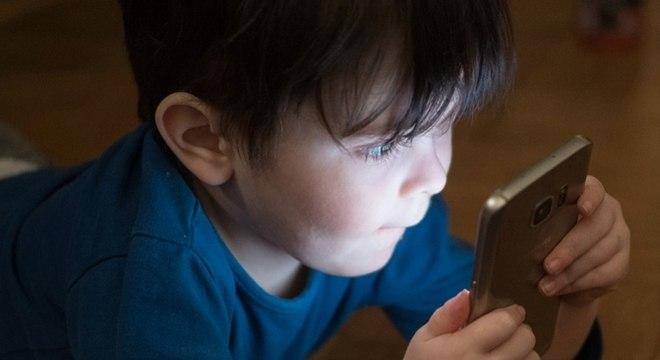 Maior tempo de telas pode alterar ciclo de sono de crianças e adolescentes