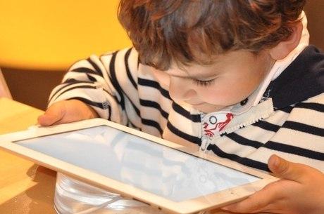 28% das crianças passam longos períodos usando telas