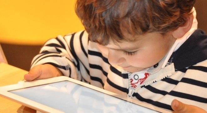 Pais devem saber limitar o tempo de uso de tecnologia, principalmente de crianças pequenas