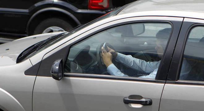 Flagrantes de motorista digitando enquanto dirige tem sido mais frequentes
