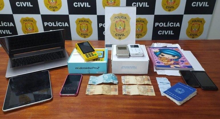 Celulares, máquinas de cartão, dinheiro e outros itens apreendidos durante a operação da PCDF
