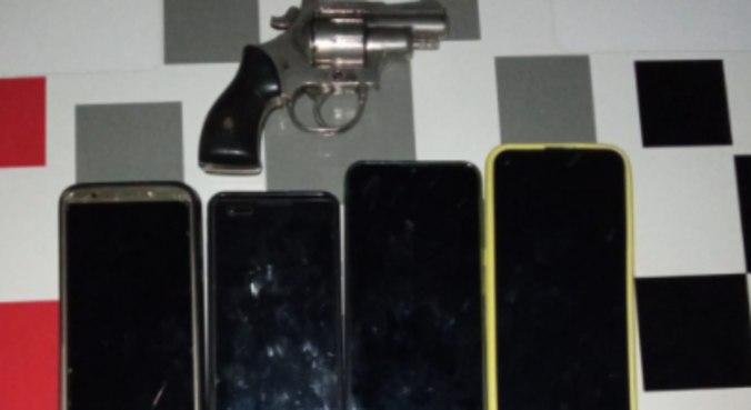 Um revólver e quatro celulares foram apreendidos