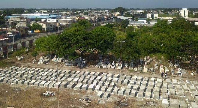 No primeiro mês e meio da pandemia em Guayaquil, 16 mil pessoas morreram, 13 mil a mais do que no mesmo período do ano anterior