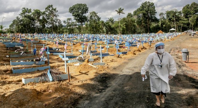 Alguns cemitérios, como este em Manaus, estão lotados de vítimas do coronavírus