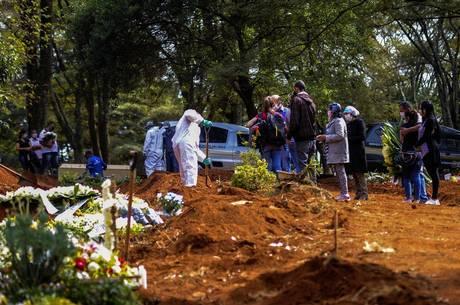 Movimentação no cemitério da Vila Formosa nesta quarta