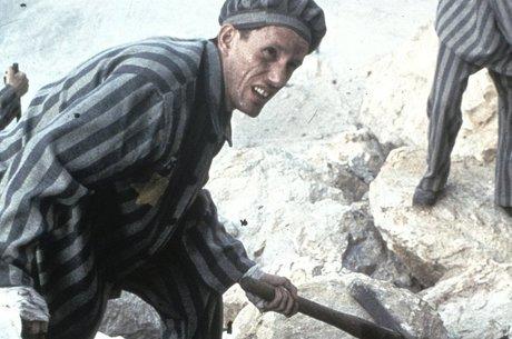 Karl Weiss, personagem da série Holocausto, em trabalho forçado no campo de concentração de Buchenwald