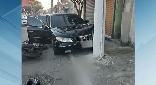 Carro usado por criminosos foi abandonado após atingir moto do policial