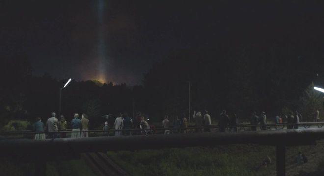 Na série, moradores de Pripyat seguem para uma ponte a fim de testemunhar o acidente na usina