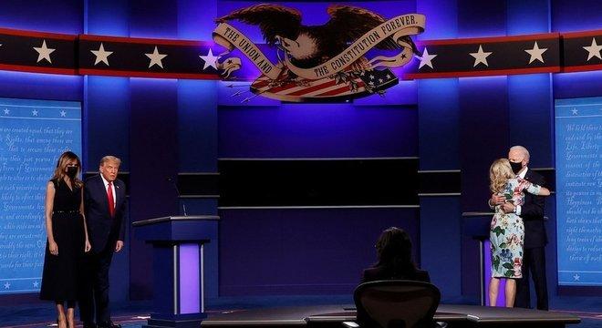 Cena no debate de 23 de outubro, em que Joe Biden dá um abraço efusivo na esposa, enquanto Trump e Melania se cumprimentam de maneira morna, repercutiu