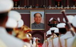 Quando 100 tiros de canhão são disparados, os homens hasteiam a bandeira em um mastro instalado em frente ao Portão da Paz Celestial. Na tribuna, onde o fundador do regime, Mao Tzé-Tung, proclamou a República Popular, falará Xi Jinping