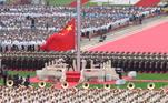 Uma bandeira cruza o céu de Pequim, adornada com a foice e o martelo. No início de um desfile aéreo, o símbolo não poderia ser mais claro: o Partido Comunista, comemorando seu centenário, quer continuar a guiar o destino da China
