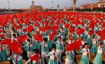 A multidão agita suas bandeiras e se separa cantando em coro a popular canção