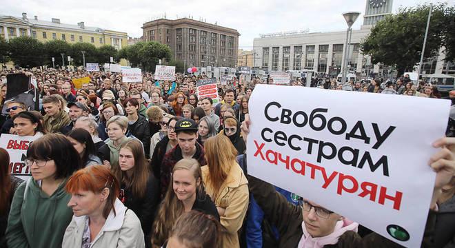 """Comício em solidariedade às irmãs em São Petersburgo: o cartaz diz: """"Liberdade para as irmãs Khachaturyan"""""""