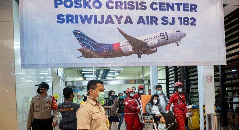 Centro de crise no aeroporto de Jacarta: familiares esperam com apreensão por notícias
