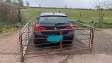 Fazendeiro constrói cerca ao redor de BMW que bloqueou porteira