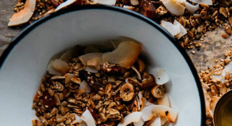 Cereais integrais: a aveia, linhaça, chia, quinoa, grão-de-bico etc. são tipos de grãos e cereais que contêm boas quantidades de vitaminas e minerais.