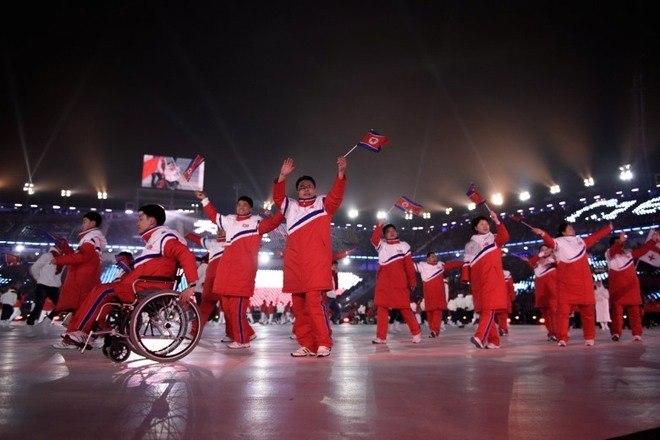 Penúltimo integrante do revezamento no Estádio, o jogador de hóquei sul-coreano Han Min Su emocionou a todos escalando, com sua prótese na perna, a rampa que levava à pira. Representando a paixão que move as pessoas, ele entregou a chama paralímpica aos atletas de curling em cadeira de rodas e curling olímpico Seo Soonseok e Kim EunJung, respectivamente