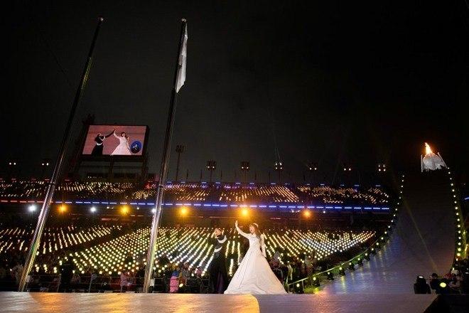 A tocha paralímpica chegou à festa carregada pelos atletas paralímpicos Choi Bogue, da Coreia do Sul, e Ma Yu Chol, da Coreia do Norte