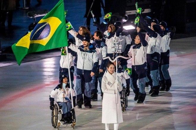 Quase duas semanas depois do encerramento dos Jogos Olímpicos, é a vez dos Jogos Paralímpicos de Inverno tomarem conta da Coreia do Sul. Atletas de diferentes partes do mundo estivaram presentes nesta sexta-feira (9), no Estádio Olímpico de PyeongChang, para a cerimônia de abertura. O Brasil, claro, também estava presente