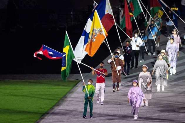 CERIMÔNIA DE ENCERRAMENTO - A ginasta Rebeca Andrade foi a porta-bandeira do Brasil na despedida dos Jogos Olímpicos de Tóquio. Ela conquistou duas medalhas: prata no individual geral e ouro no salto. Hebert Conceição, ouro no boxe (até 75kg), também participou do evento no desfile de atletas.