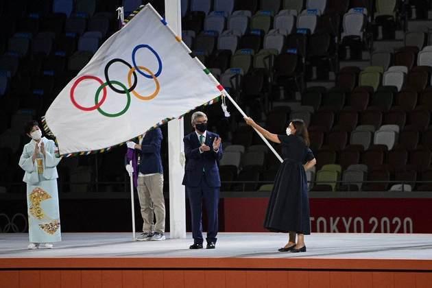 CERIMÔNIA DE ENCERRAMENTO - Anne Hidalgo, prefeita de Paris, recebeu a bandeira olímpica de Thomas Bach, presidente do Comitê Olímpico Internacional. Paris será a sede da Olimpíada em 2024.