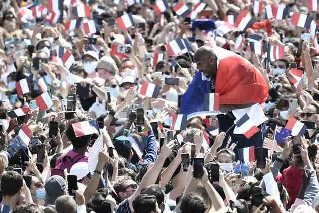 CERIMÔNIA DE ENCERRAMENTO - Em Paris, o judoca Teddy Riner marcou presença no evento realizado em frente a Torre Eiffel.