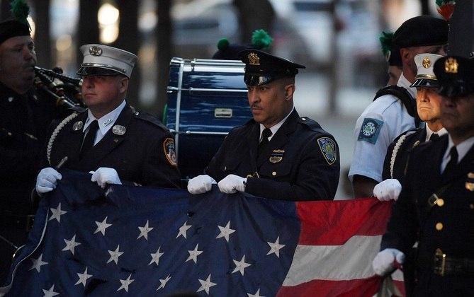 Soldados seguram bandeira dos Estados Unidos durante cerimônia dos 20 anos do atentado terrista de 11/09 no Memorial de Manhattan em NY