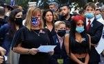 Familiares das vítimas dos ataques às torres gêmeas aguardam a leitura anual dos nomes durante a cerimônia em NY