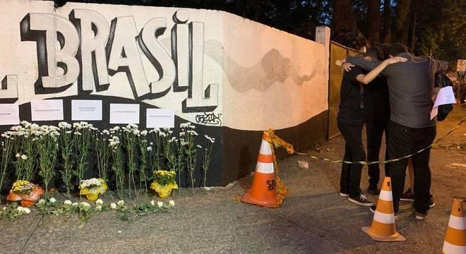 Flores e homenagens na porta da escola Raul Brasil em Suzano (SP)