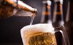 Os moradores do estado de Nova Jersey, com 21 anos ou mais, ganharam um copo de cerveja após a aplicação da primeira dose da vacina. O reitor da Rugters School Public Health afirmou à ABC que as pessoas precisam de um 'empurrão' e que essa é uma maneira de motivar