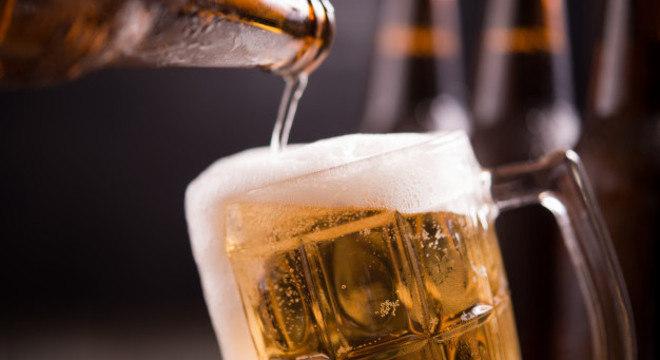 A ressaca é causada pelo exagero na ingestão de bebidas alcoólicas