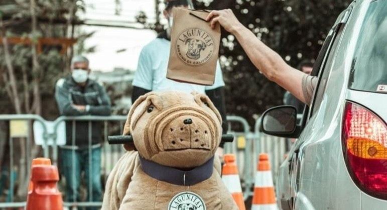 Cervejaria faz ação para arrecadar recursos para ONGs de doação de cachorros