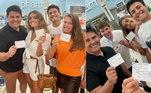 Cesar Filho, Elaine Mickely e os filhos, Luma e Luigi, receberam a segunda dose da vacina contra a covid-19 durante as férias nos Estados Unidos. O apresentador falou mais sobre o processo de vacinação por lá