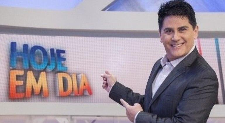 """César Filho, um dos apresentadores do """"Hoje em Dia"""", com audiência consolidada"""
